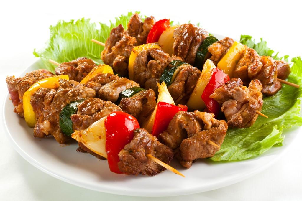 Spiedini-di-carne-mista-griglia-verdure