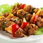 spiedini-di-carne-alla-griglia-con-verdure