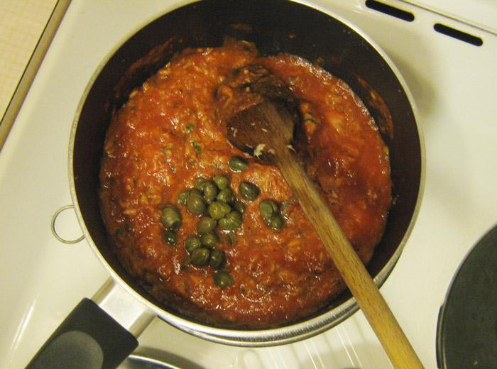 spaghetti-al-tonno-pomodoro-capperi