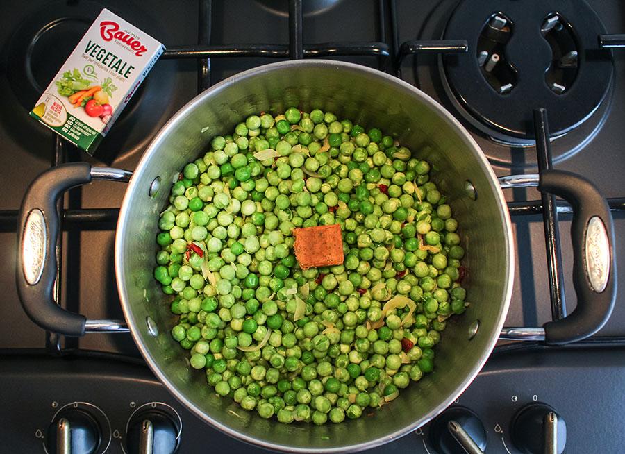 Pisellini con dado vegetale